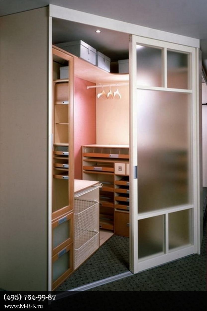 Интерьер гардеробной комнаты.